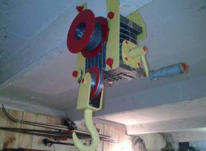 Грузоподъемный механизм в гараже